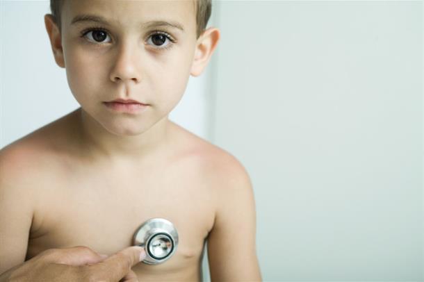 En ung gutt får hjertet undersøkt med stetoskop
