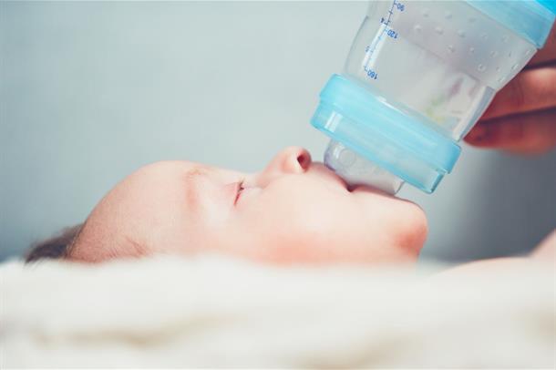 Baby som mates med flaske.